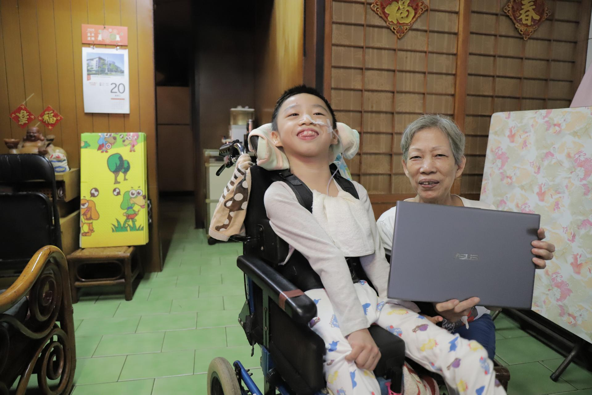 重度身障孩子受助華碩文教基金會 再生電腦